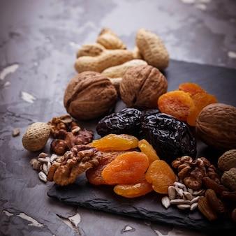 Mix van gedroogde vruchten, noten en zaden