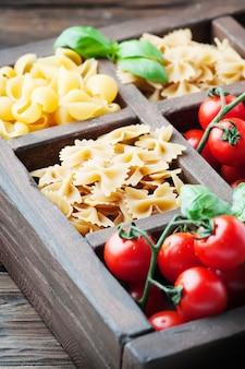 Mix van italiaanse pasta in de houten kist