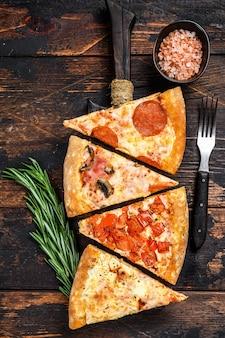 Mix van italiaanse pizza op een houten snijplank