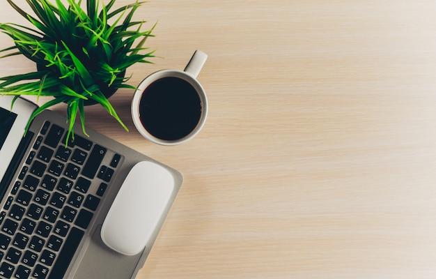 Mix van kantoorbenodigdheden en gadgets op een houten tafel achtergrond.