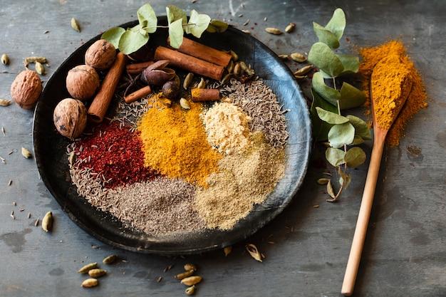 Mix van kruiden met noten en dalchini