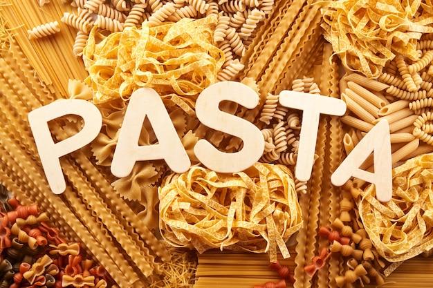 Mix van macaroni-muur met pasta-inscriptie