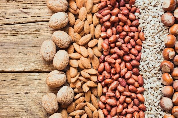 Mix van noten amandelen, walnoten, pinda's, hazelnoten, zonnebloempitten
