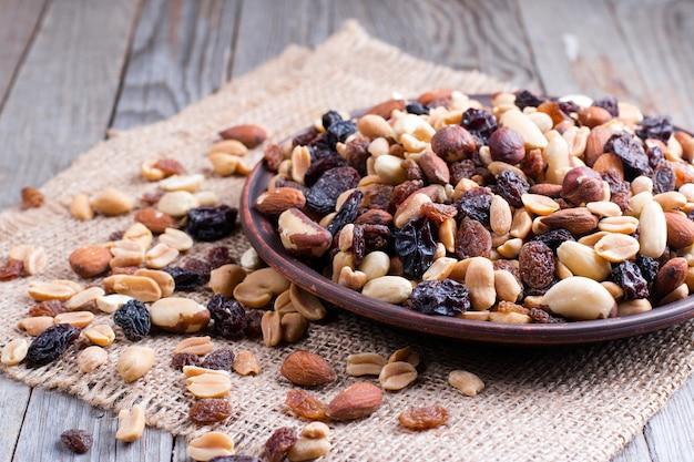 Mix van noten en gedroogd fruit in een kom op houten