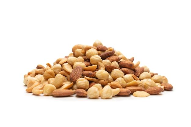 Mix van noten geïsoleerd op een witte achtergrond. bovenaanzicht.
