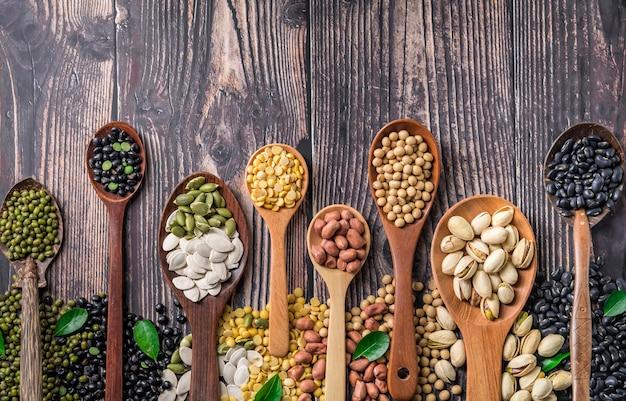 Mix van noten in houten lepel.