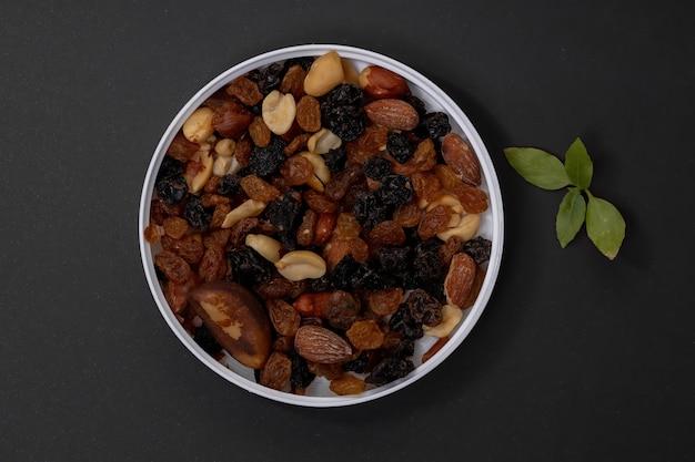 Mix van noten met gedroogd fruit, pinda's, paranoten, cashewnoten, amandelen, zwarte rozijnen en witte rozijnen