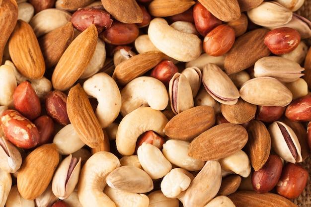 Mix van noten op een houten tafel