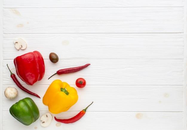 Mix van paprika op witte houten achtergrond