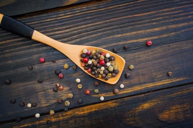 Mix van paprika's in een houten lepel