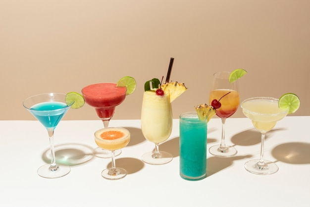Mix van retro cocktails op een toog