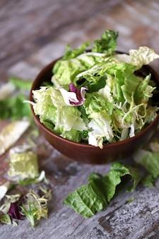 Mix van salades in een kom.