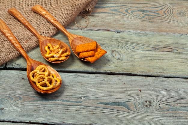 Mix van snacks op een houten lepel