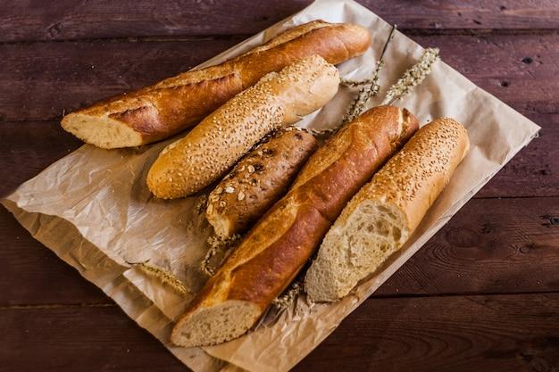 Mix van soorten baguettes op een houten tafel. bakkerijproducten.