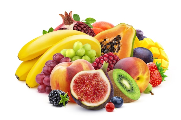 Mix van vers fruit en bessen, stapel van verschillende tropische vruchten geïsoleerd op wit