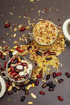 Mix van verschillende granen en bonen in glazen potten