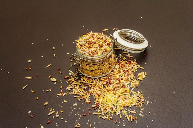 Mix van verschillende granen in glazen pot