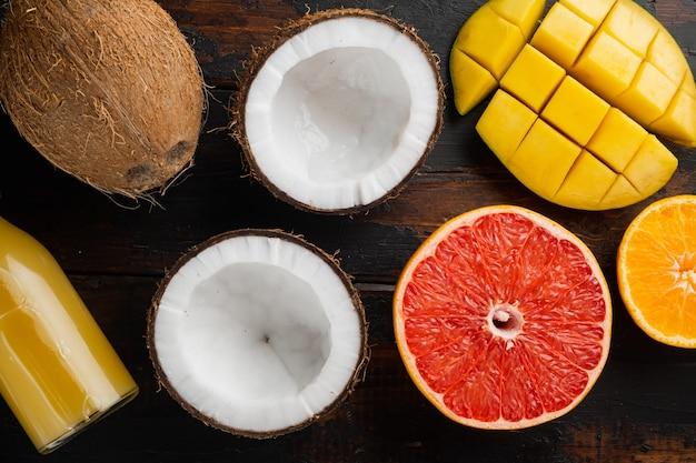 Mix van verschillende soorten fruit, op een oude donkere houten tafelachtergrond, bovenaanzicht plat gelegd