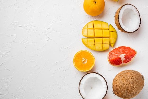 Mix van verschillende soorten fruit, op witte stenen tafelachtergrond, bovenaanzicht plat gelegd, met kopieerruimte voor tekst