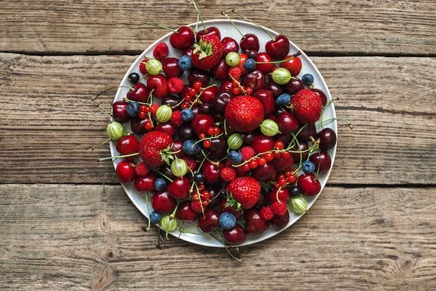 Mix van verschillende zomerbessen. antioxidanten, detoxdieet, biologisch fruit