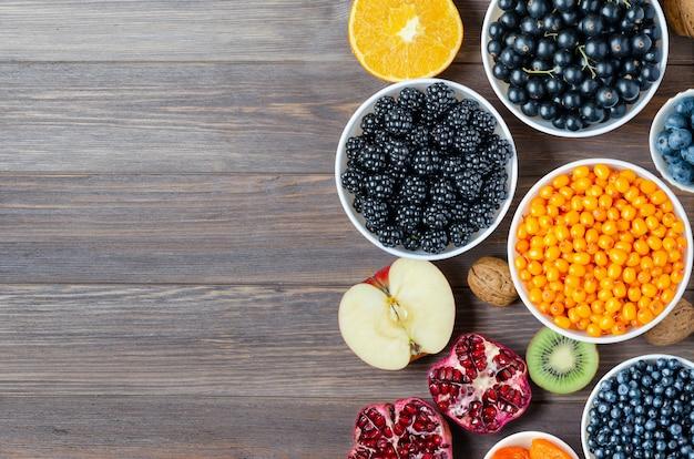 Mix van verse bessen, noten en fruit op houten achtergrond