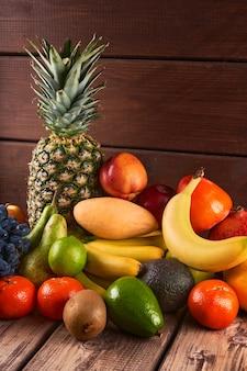 Mix van verse, sappige kleurrijke exotische tropische vruchten op houten achtergrond