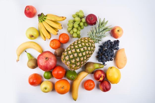 Mix van verse, sappige kleurrijke exotische tropische vruchten op witte achtergrond bovenaanzicht