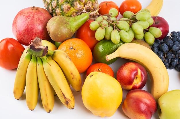 Mix van verse, sappige kleurrijke exotische tropische vruchten op witte achtergrond