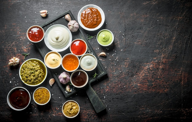 Mix van verse sauzen op donkere rustieke tafel