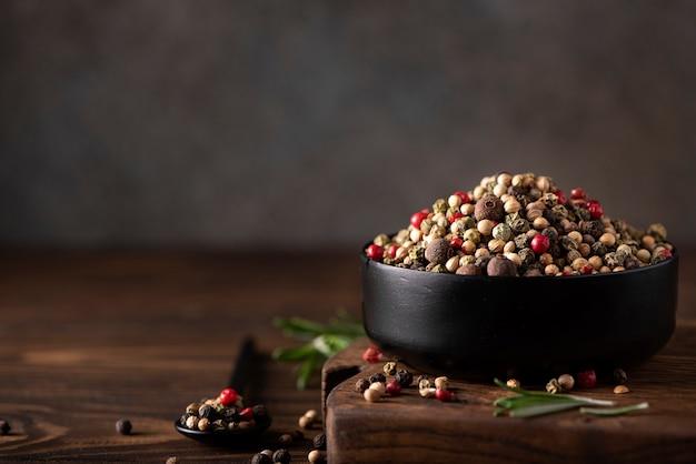 Mix van vijf soorten piment in een zwarte kom, close-up