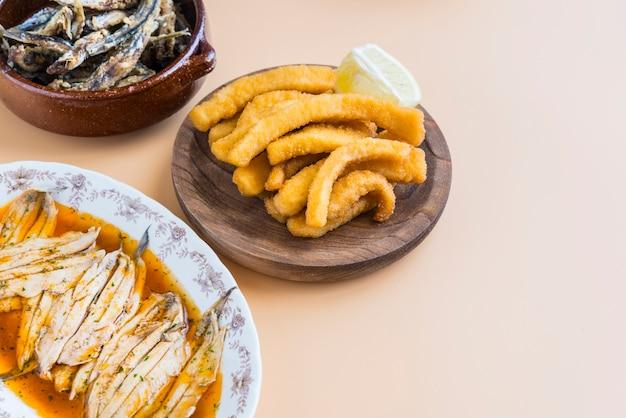 Mix van vis (inktvis, sardines, gebakken, salade met zalm)
