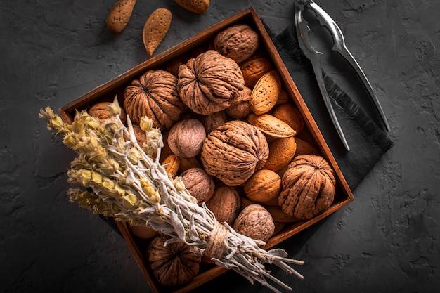 Mix van walnoten en zaden in doos