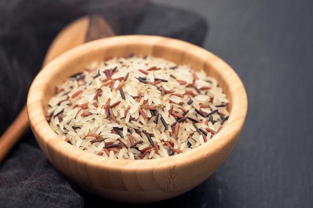 Mix van witte, bruine en zwarte rijst in kom