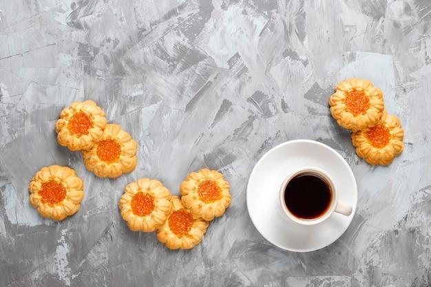 Mix van zoete koekjes, cake roll, mini cupcakes.