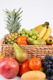 Mix verscheidenheid van verse, sappige kleurrijke exotische tropische vruchten in mand op witte achtergrond