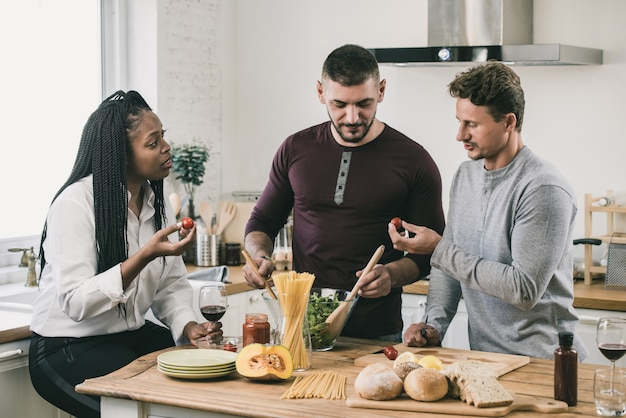 Mixed-raced mensen koken in de keuken