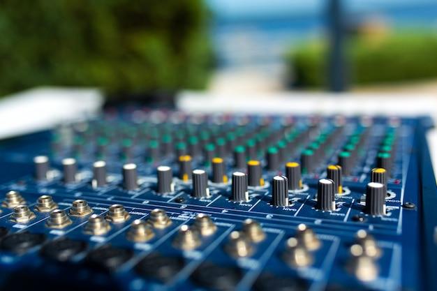 Mixer. geluidsapparatuur voor grote bijeenkomsten, concerten, feesten.