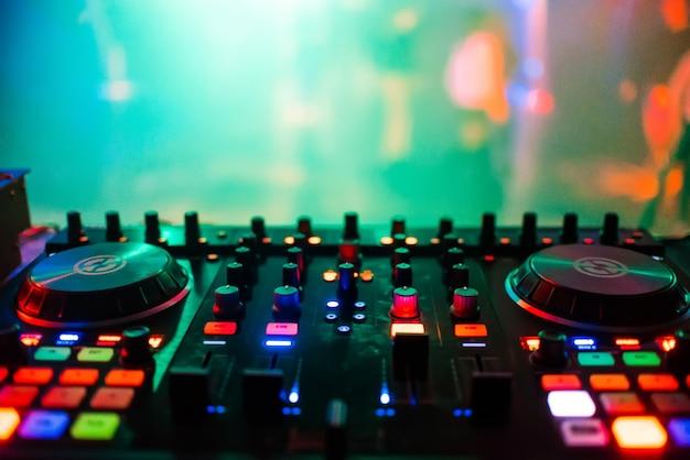 Mixer op afstand de dj in nachtclub op feest voor professionele muziekcontrole