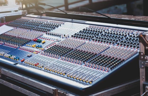 Mixer voor het bewerken van geluid op kanalen.