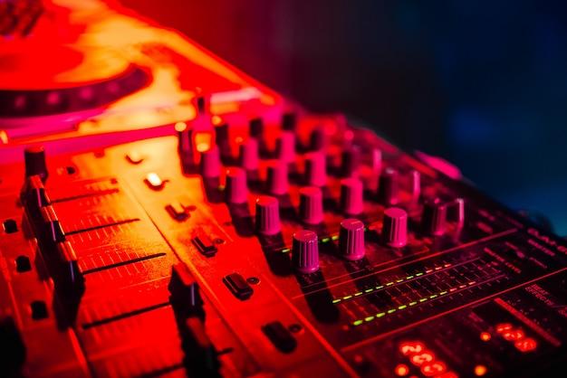 Mixer voor muziek in de close-up van nachtclub dj
