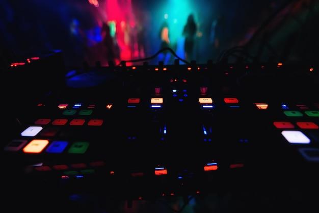 Mixerbediening dj in nachtclub om de muziek op feest te regelen