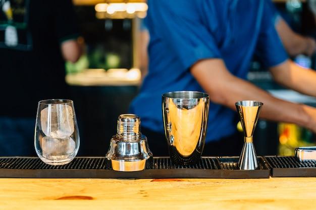 Mixologist die cocktail met shaker maakt