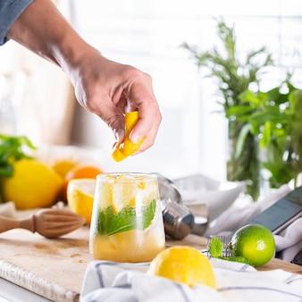 Mixologist die thuis verfrissende cocktail maakt met harde seltzer
