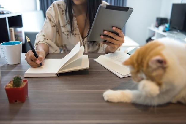 Mkb-vrouw schrijft online-bestelling op papier