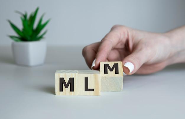 Mlm-woord over houten kubussen
