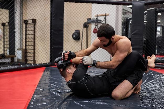 Mma. twee professionele boksers boksen, fit gespierde blanke atleten vechten. sport, competitie, opwinding en menselijke emoties concept