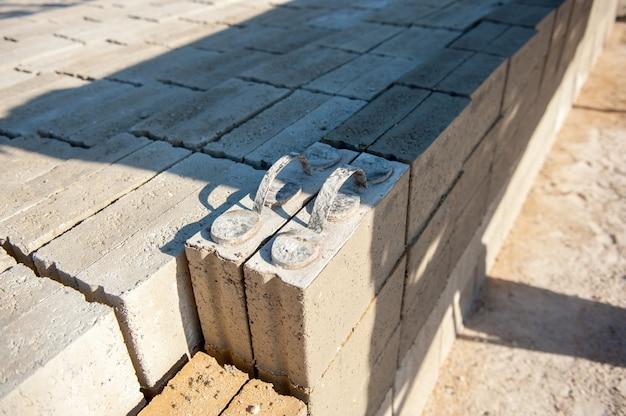Mman baksteen maken van betonmix
