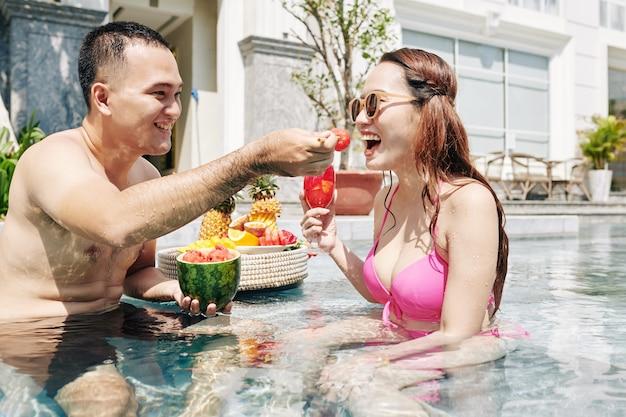 Mman die vriendin voedt met watermeloenstuk