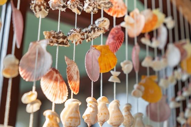 Mobiel gemaakt van schelpen opknoping op het raam
