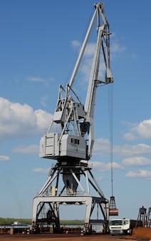 Mobiele havenkraan aan de oever van de donau